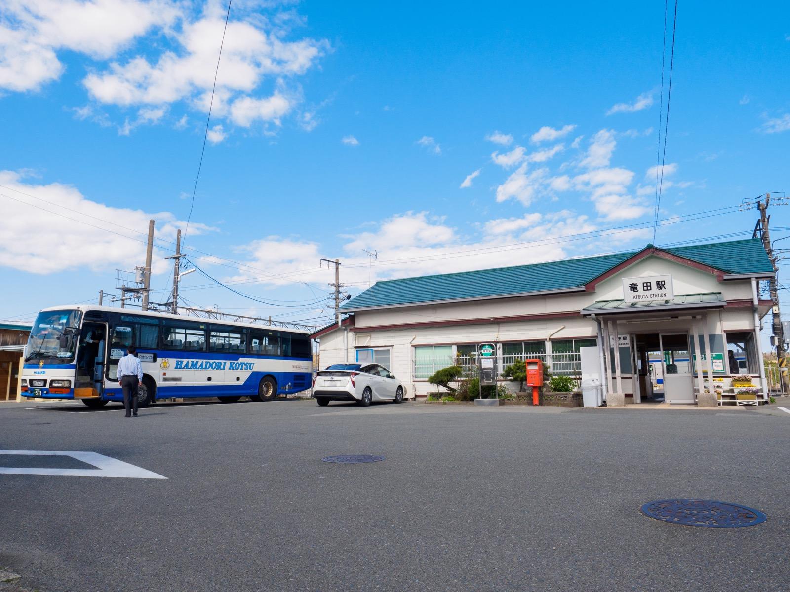 竜田駅の駅舎と代行バス(2017年4月)