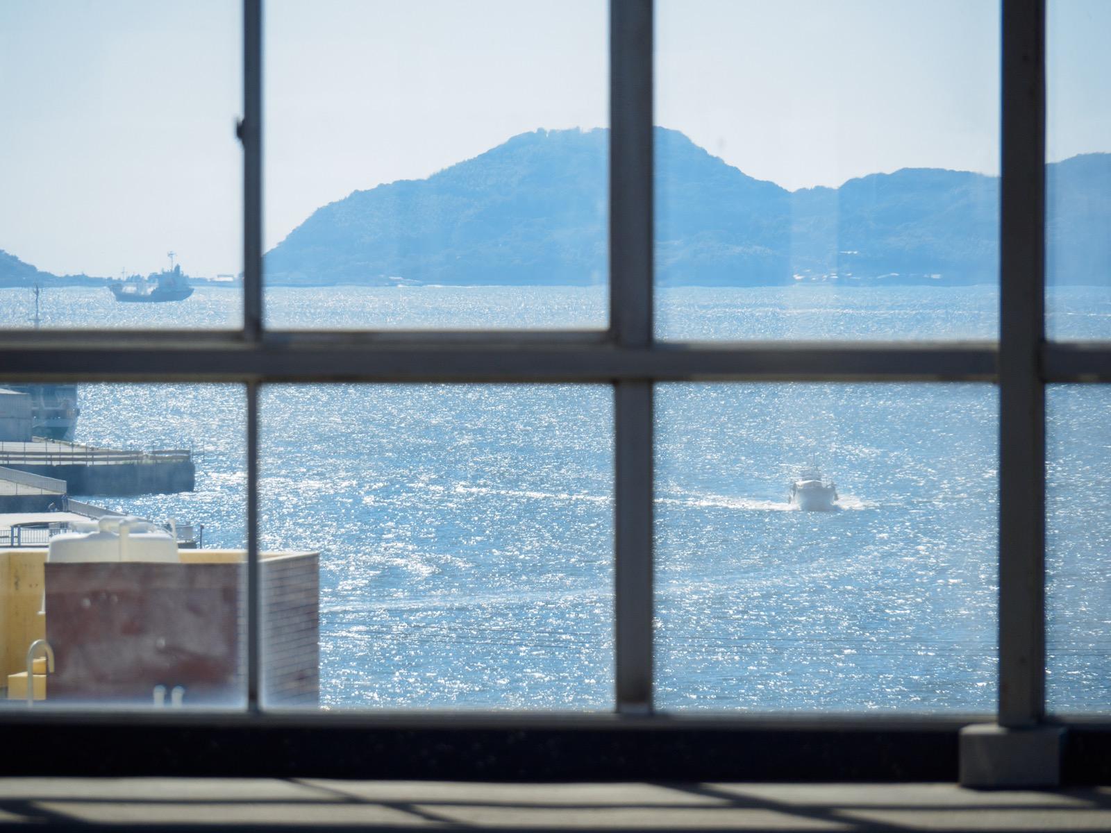 徳山駅の新幹線ホームから見た徳山下松港の船