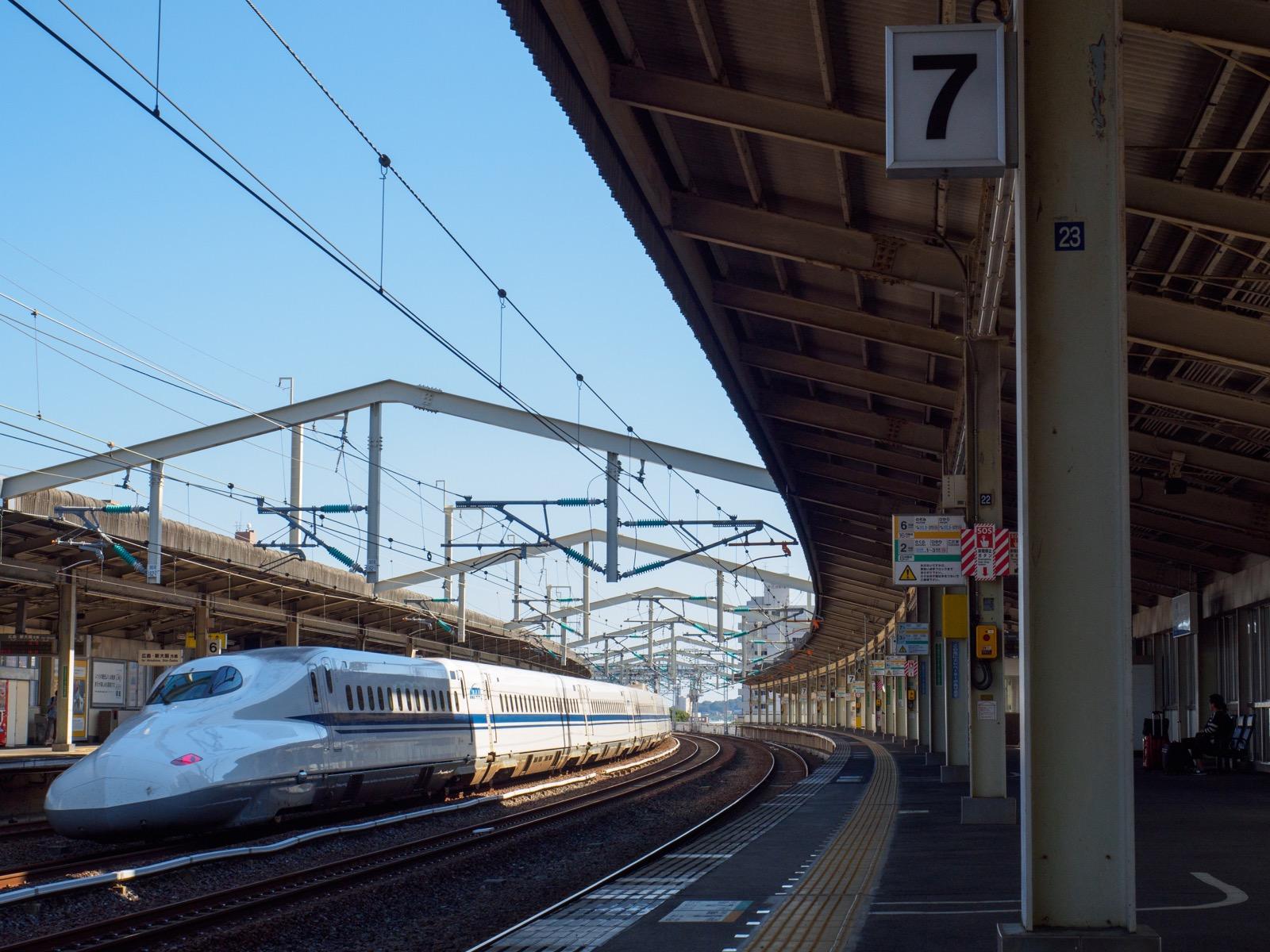 徳山駅の新幹線ホームを通過する列車