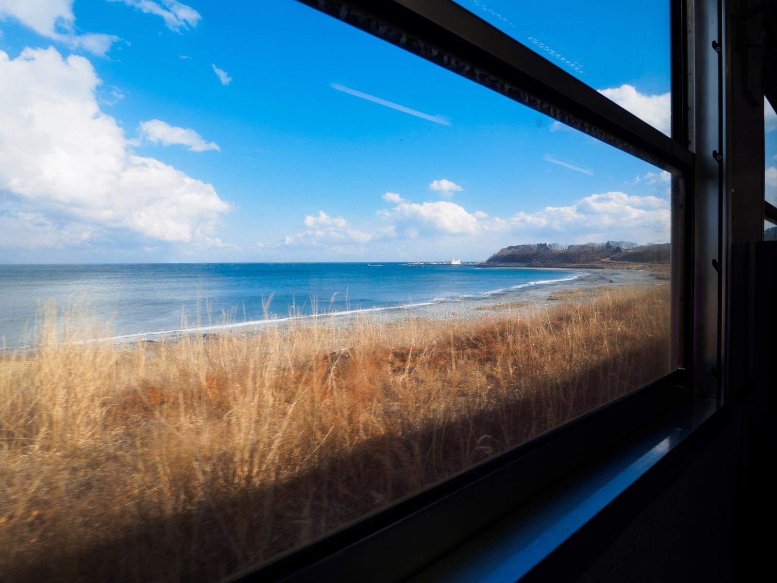 八戸線(宿戸〜陸中八木間)の車窓から見た太平洋