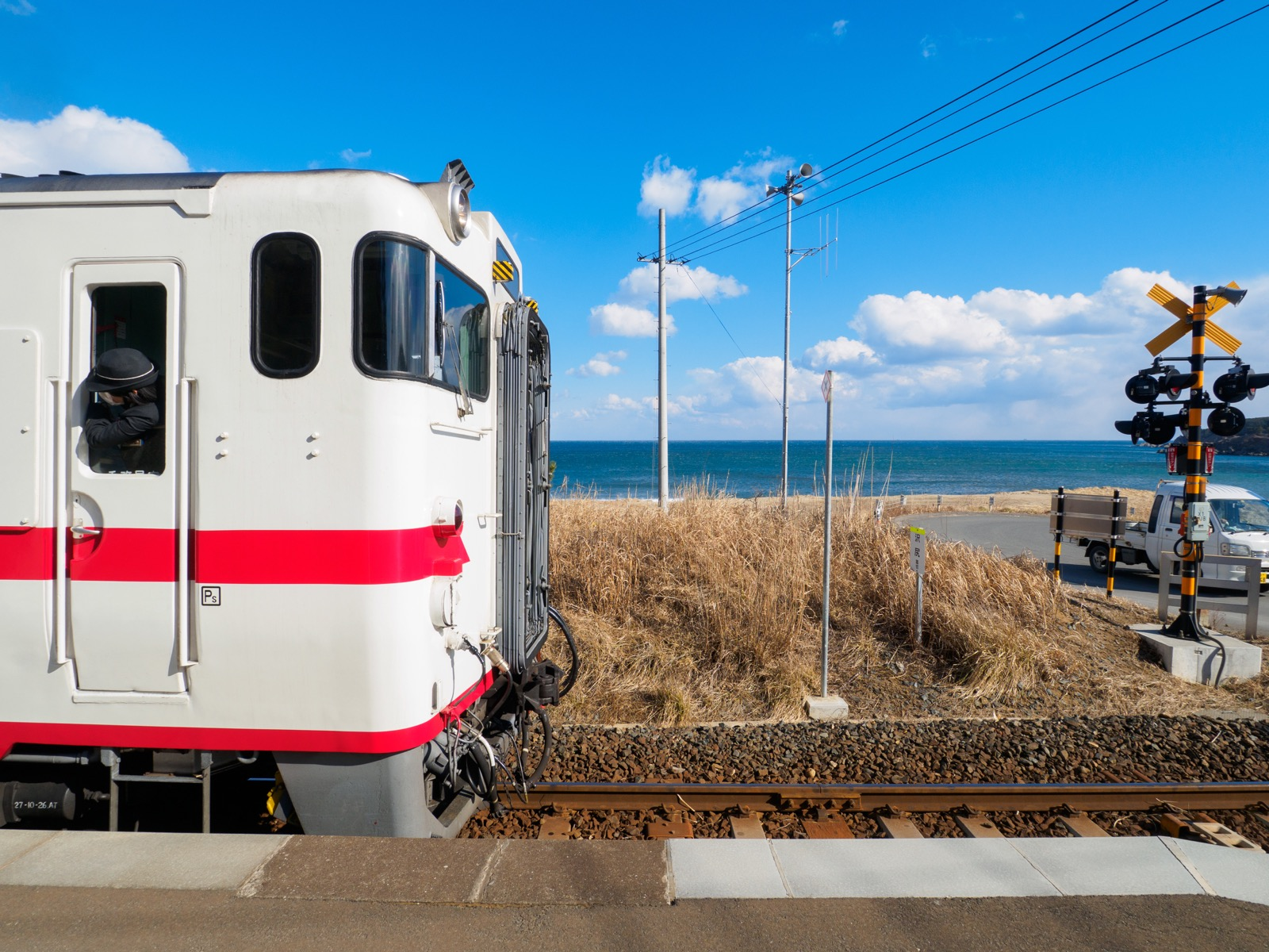 有家駅に停まる列車と太平洋