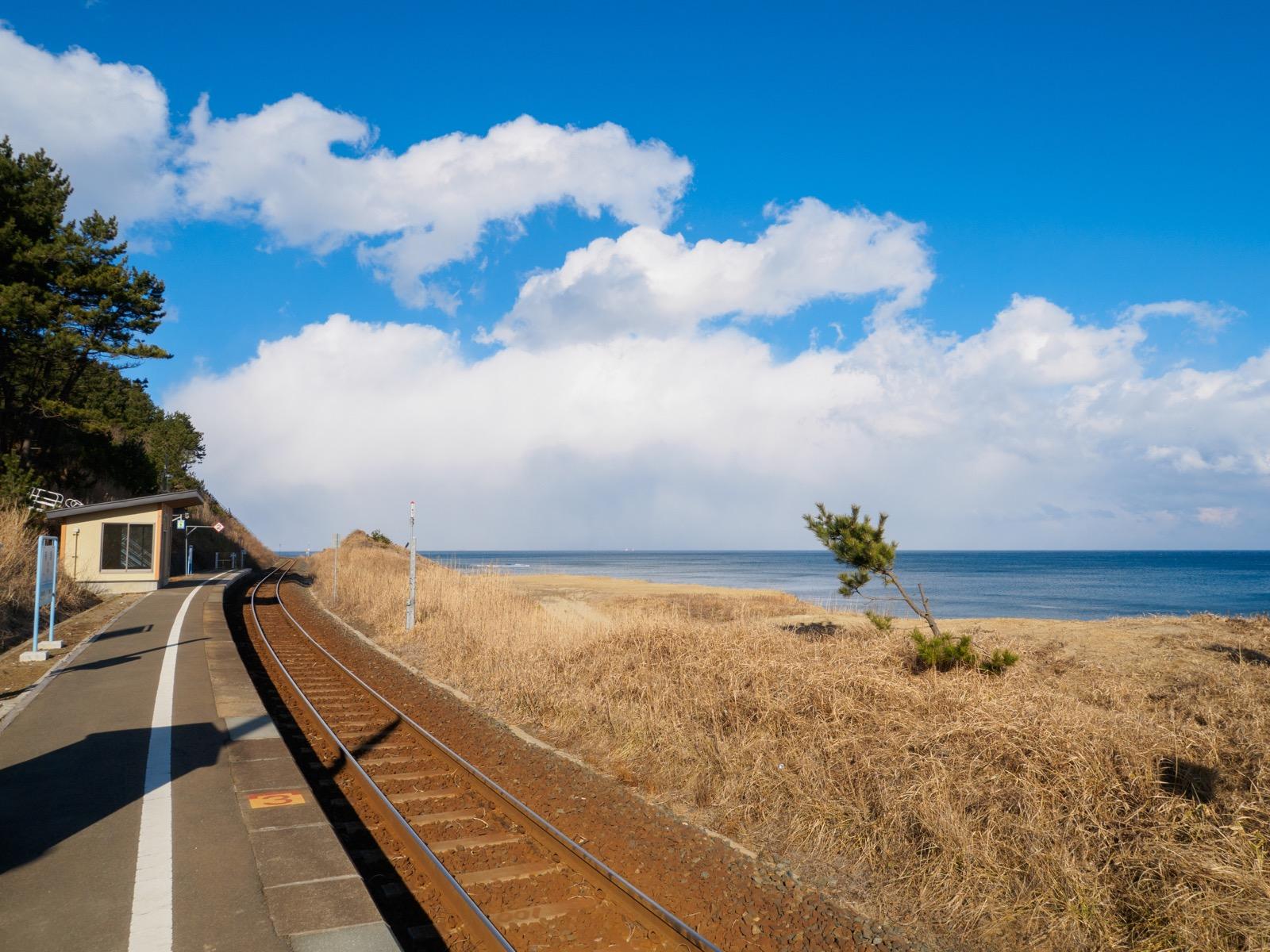 有家駅のホームと太平洋