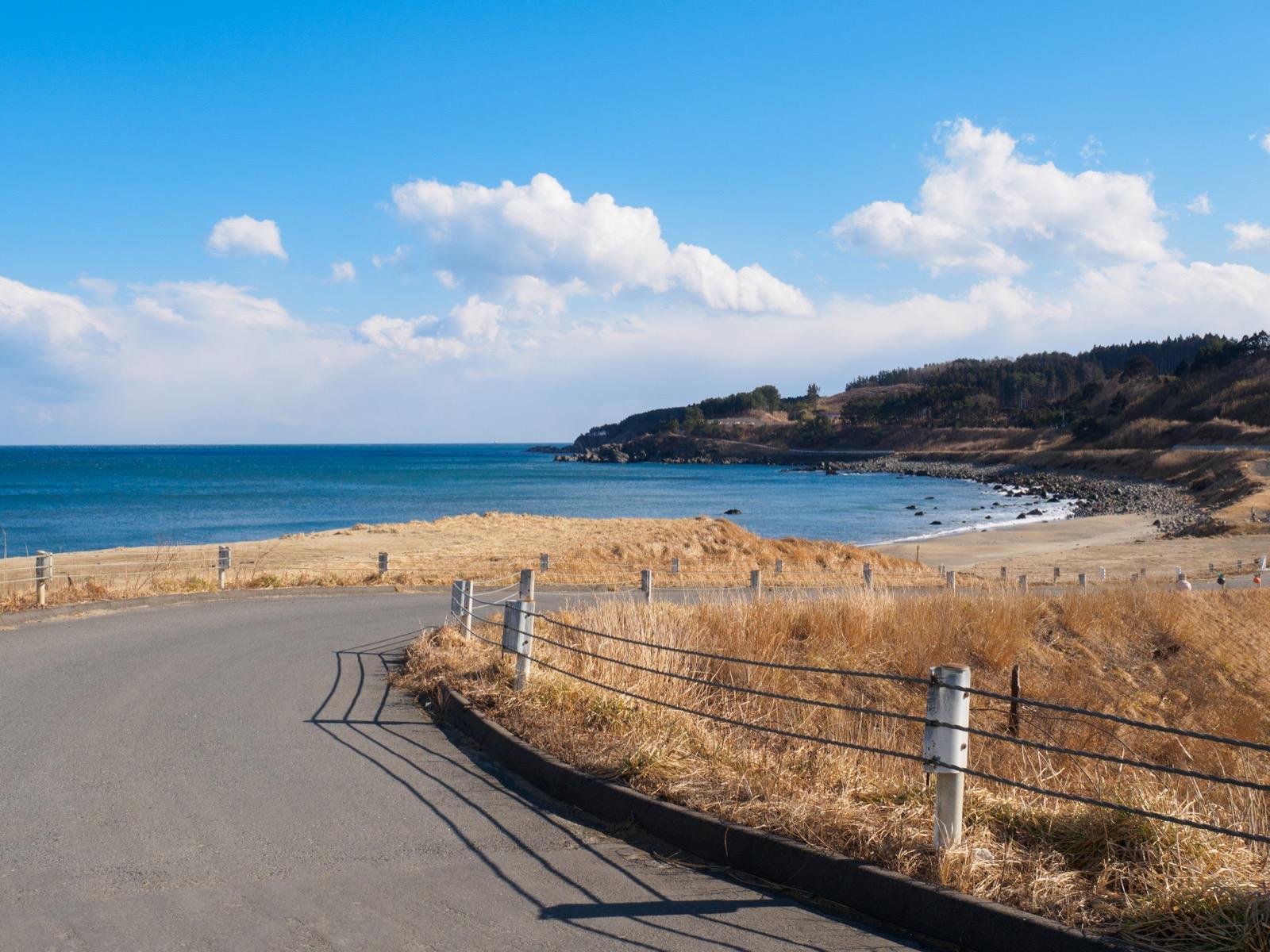 有家駅前を通る海岸沿いの一本道
