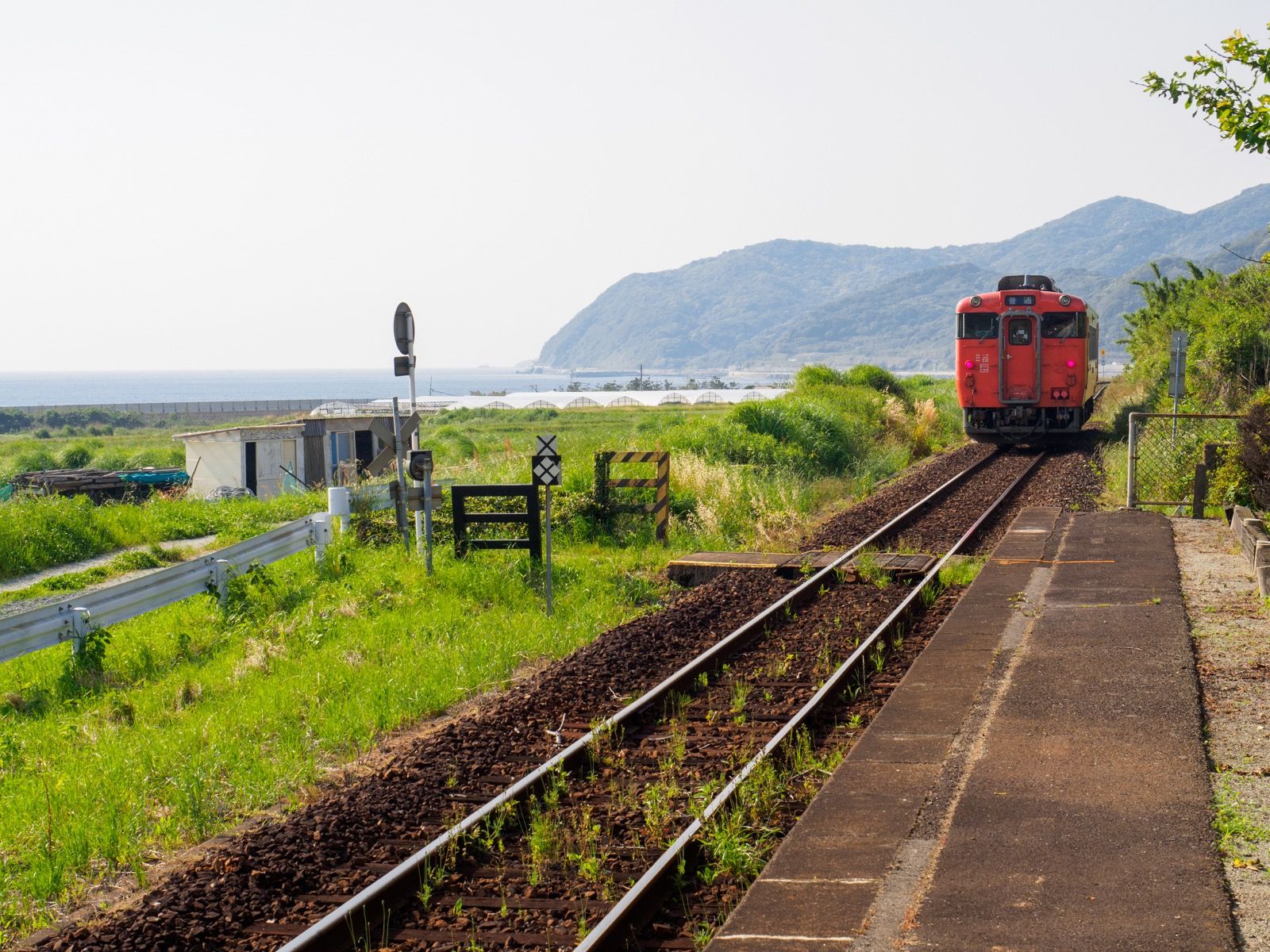 宇賀本郷駅を去る列車
