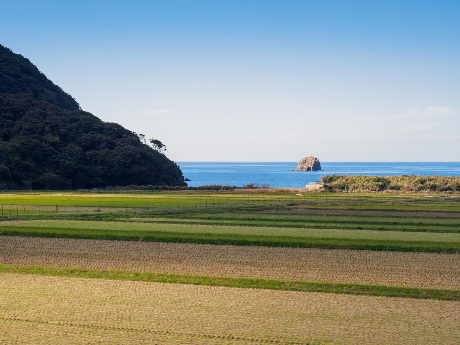 宇賀本郷駅から見た響灘と田んぼ(「〇〇のはなし」車内より)