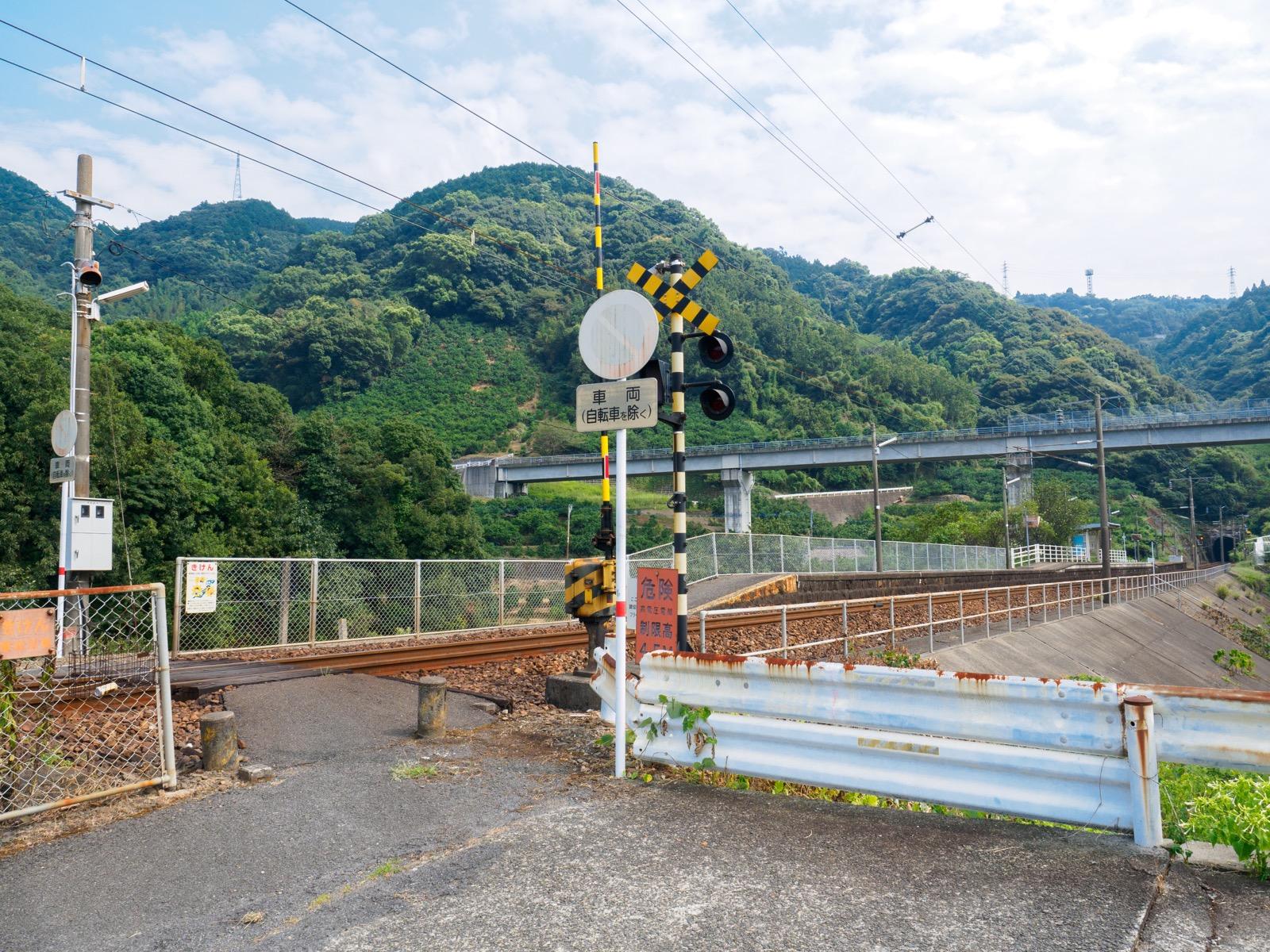 海浦駅前の踏切と七浦オレンジロード