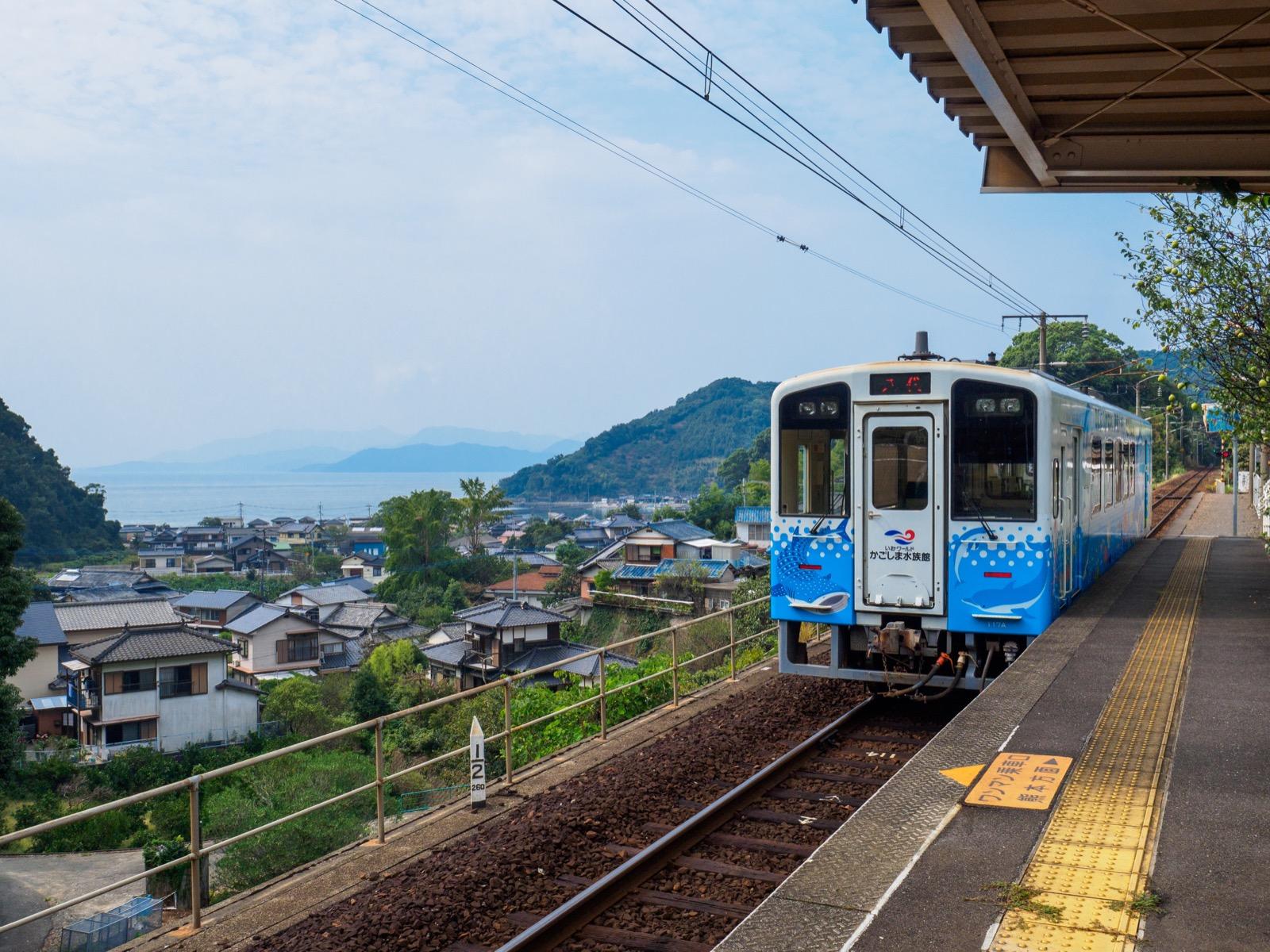 海浦駅の風景と「ゆうゆうトレイン」