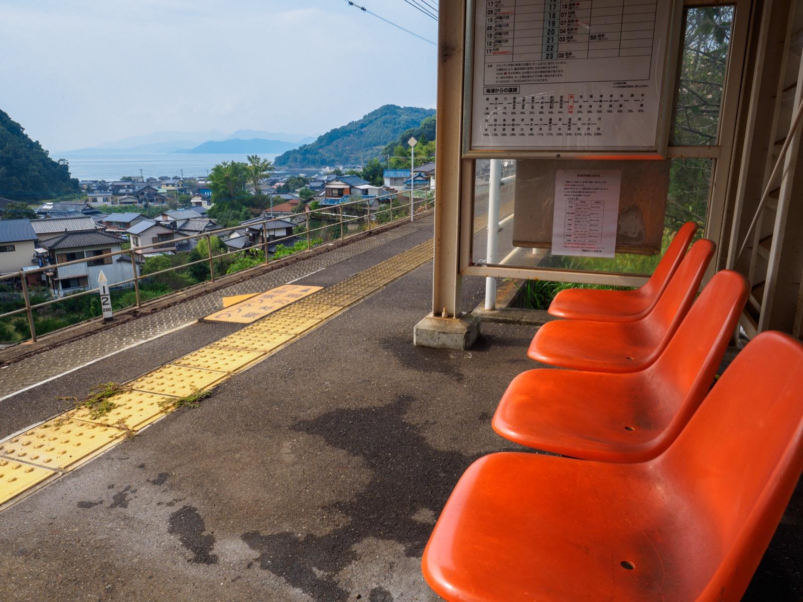 海浦駅のベンチから見た八代海