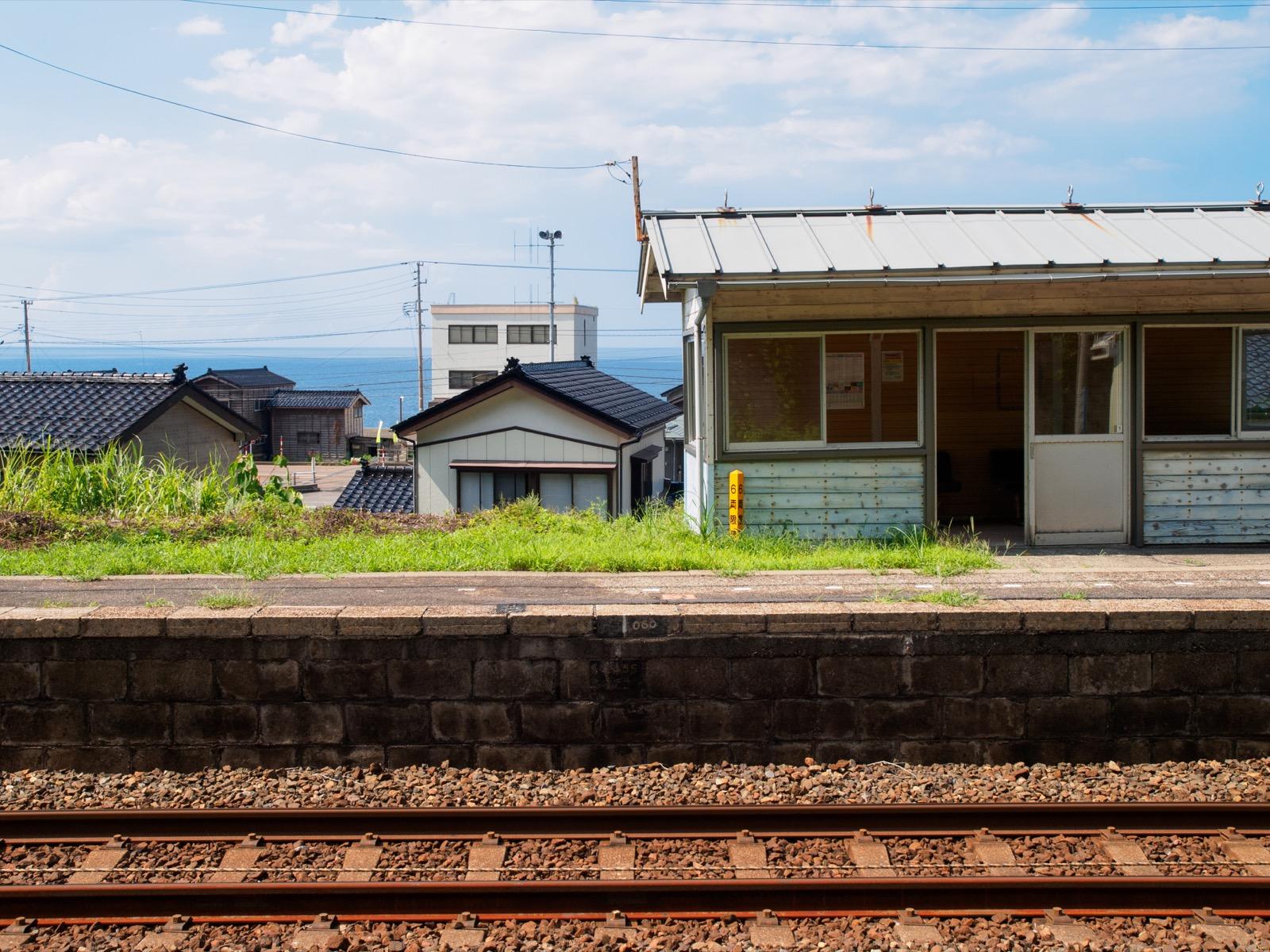 浦本駅の待合室と日本海