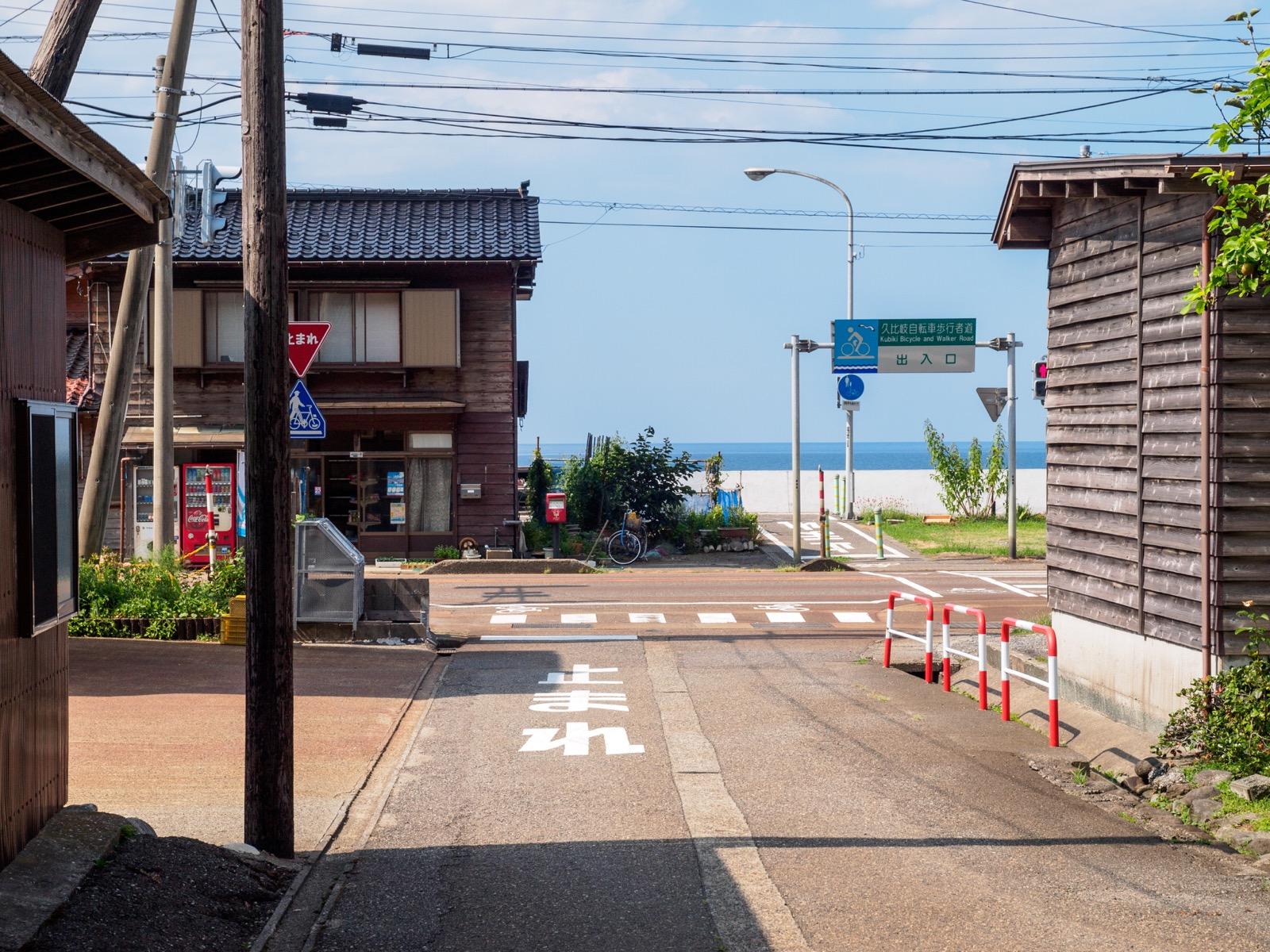 浦本駅前から見た日本海