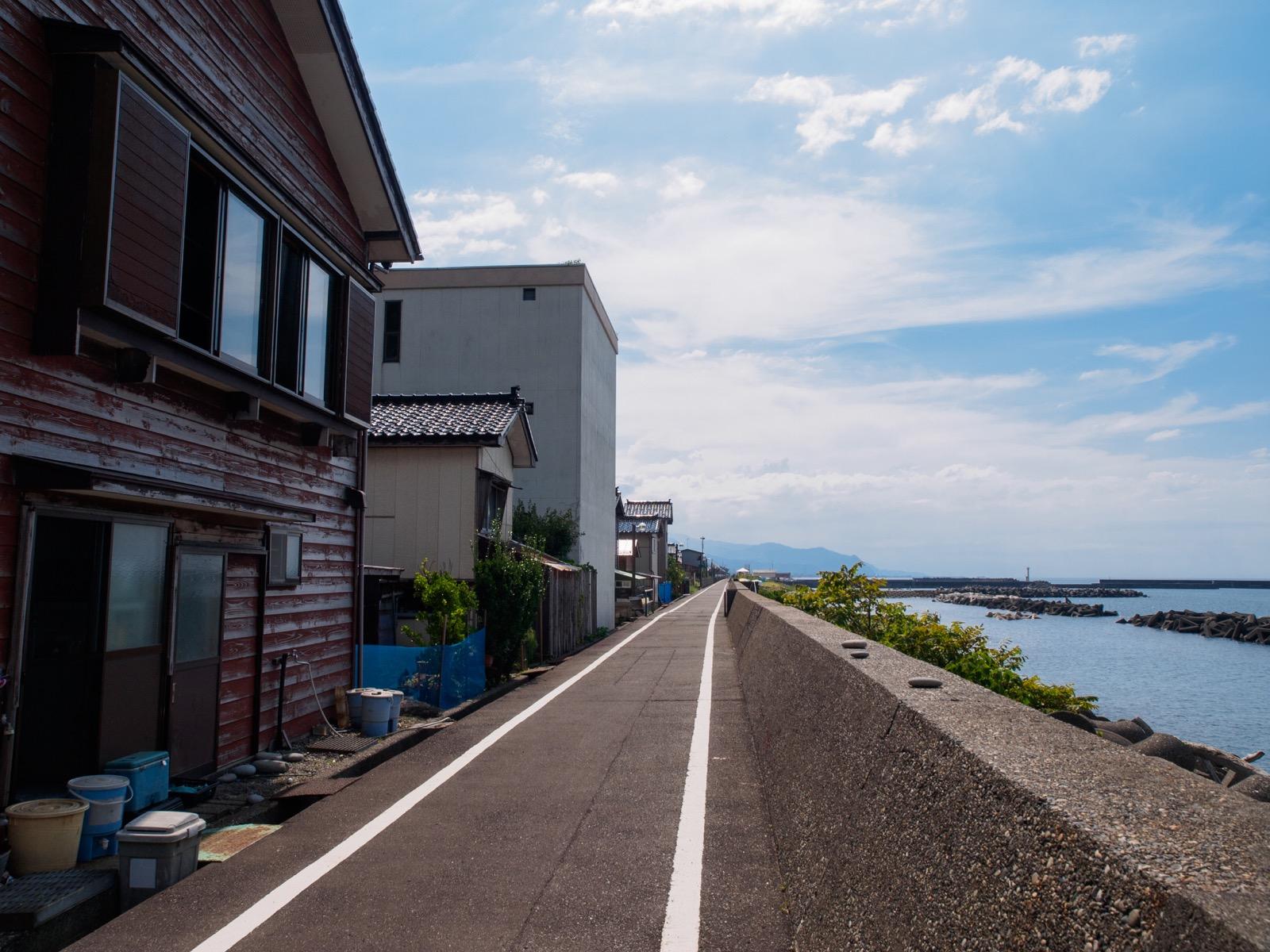 浦本駅のそばを通る久比岐自転車道