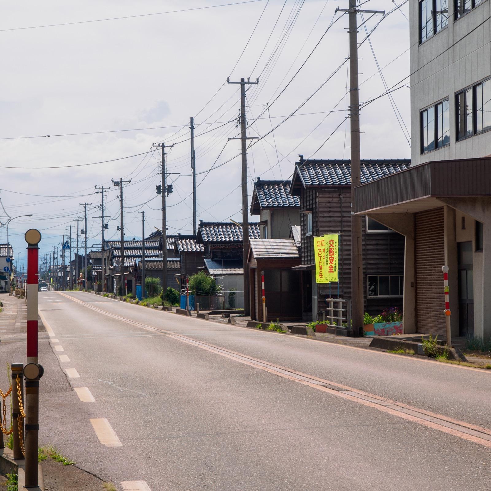 浦本駅前を通る国道8号線