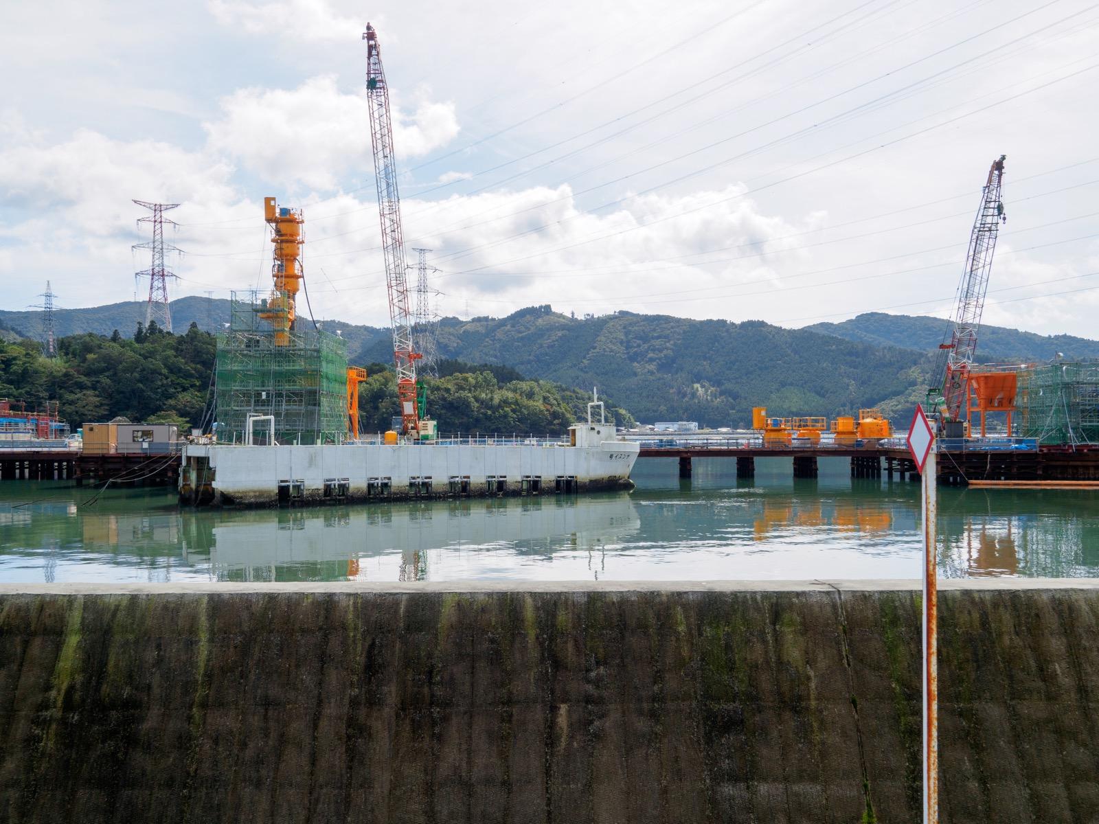 浦宿駅のホームから見える、浦宿橋の工事現場