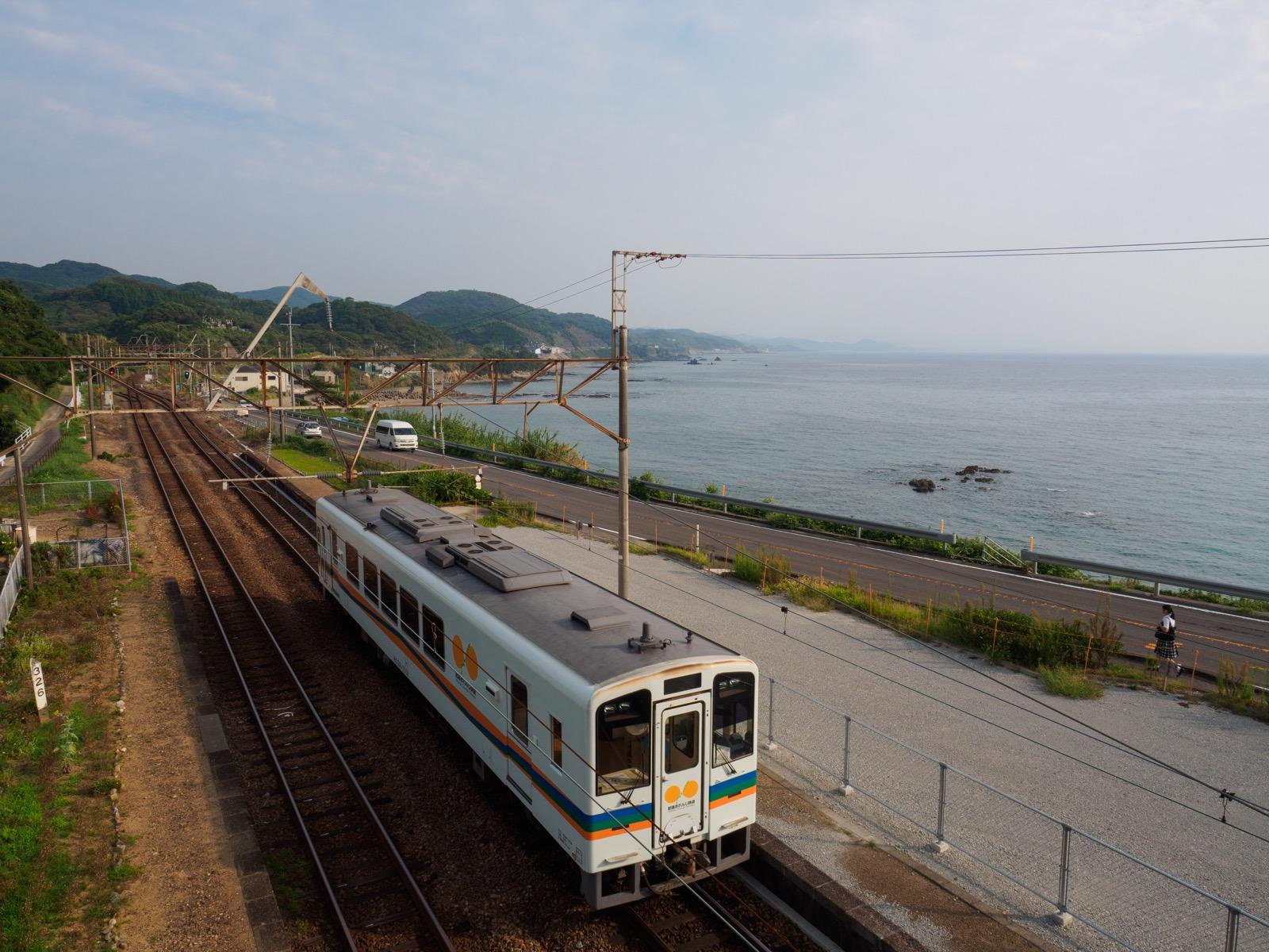 牛ノ浜駅の跨線橋から見た東シナ海