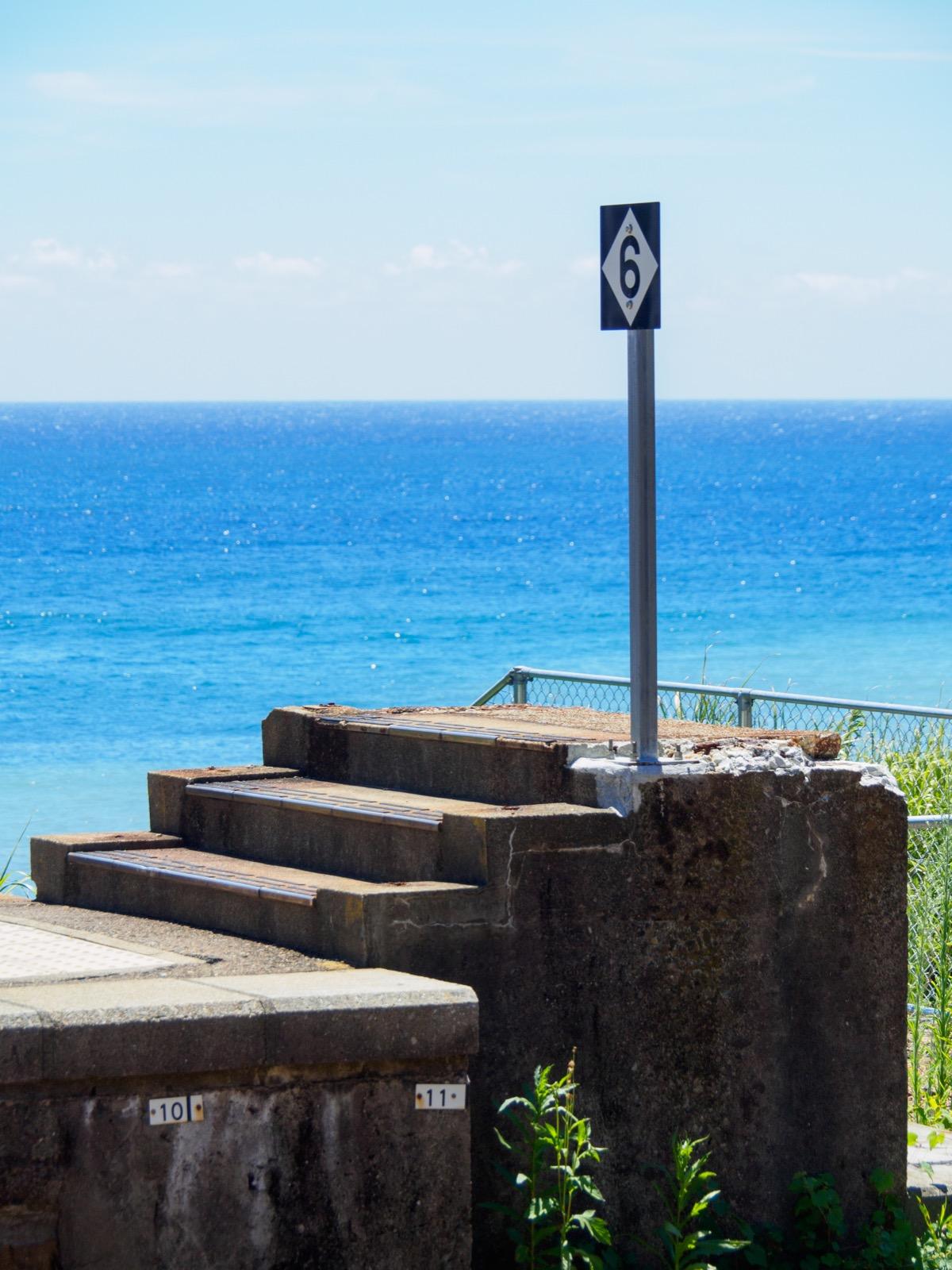 和深駅の跨線橋跡と海(枯木灘)