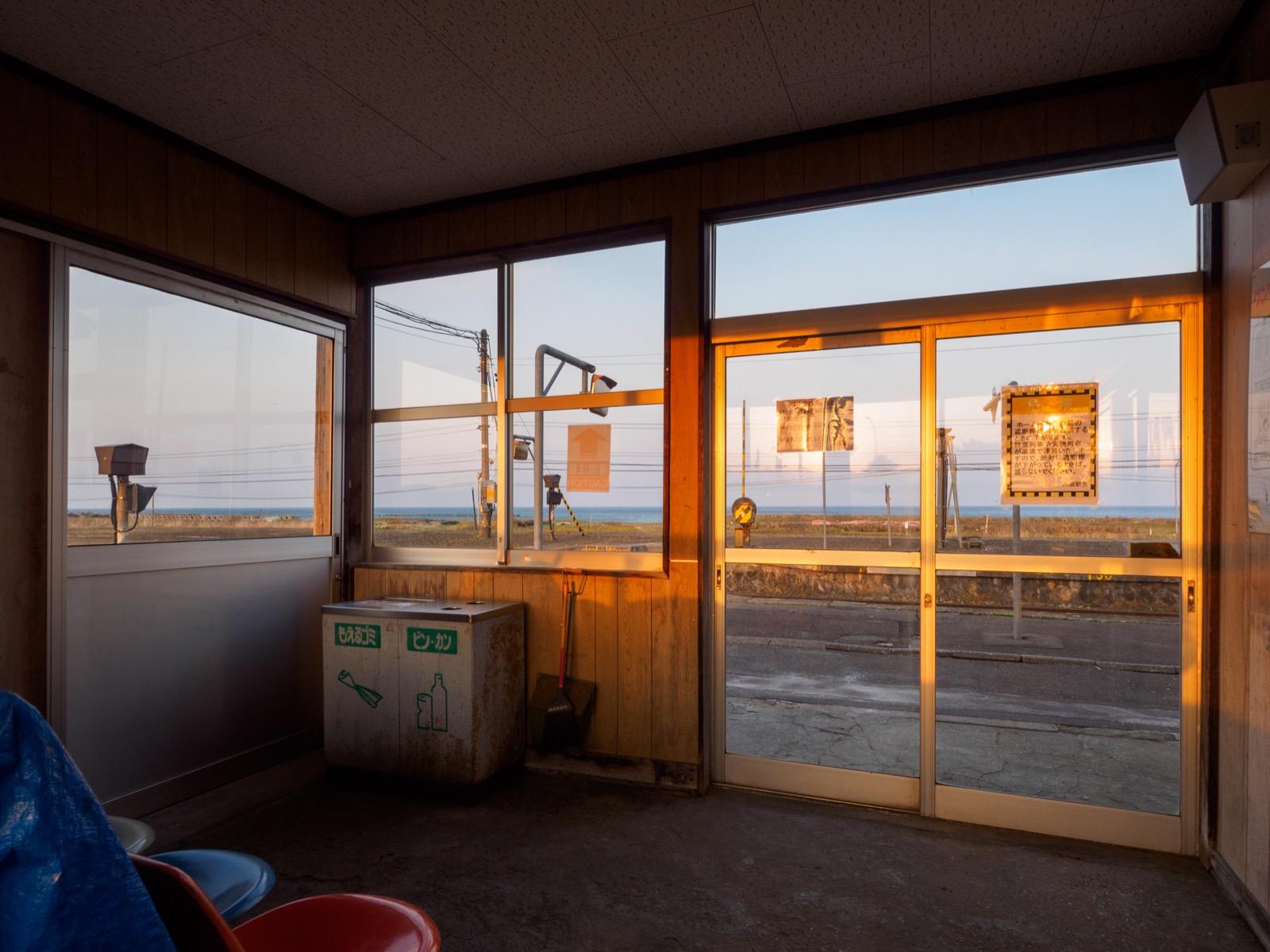 山崎駅の駅舎から見た太平洋