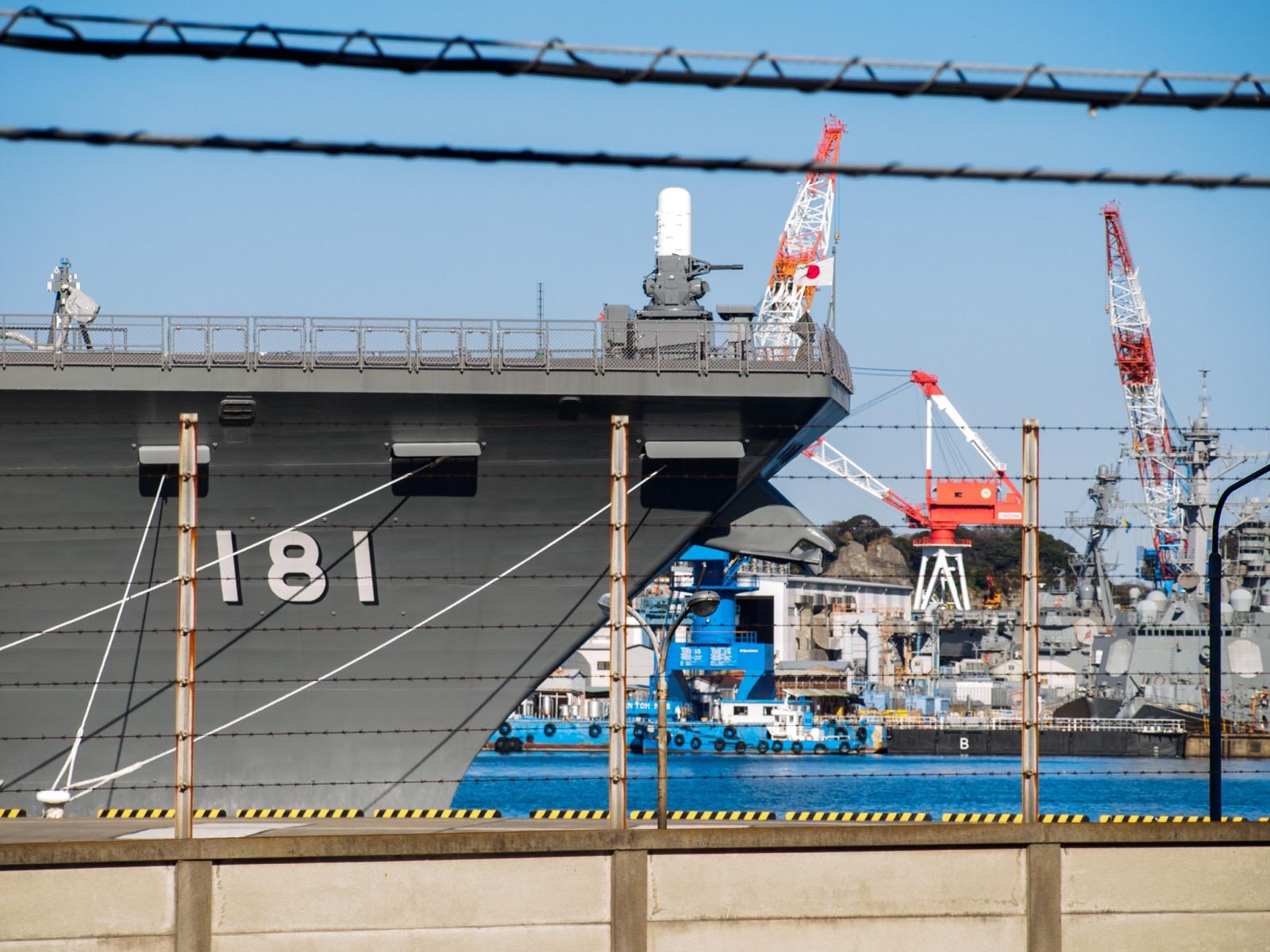 横須賀駅から見た横須賀港と護衛艦「ひゅうが」(2015年1月)