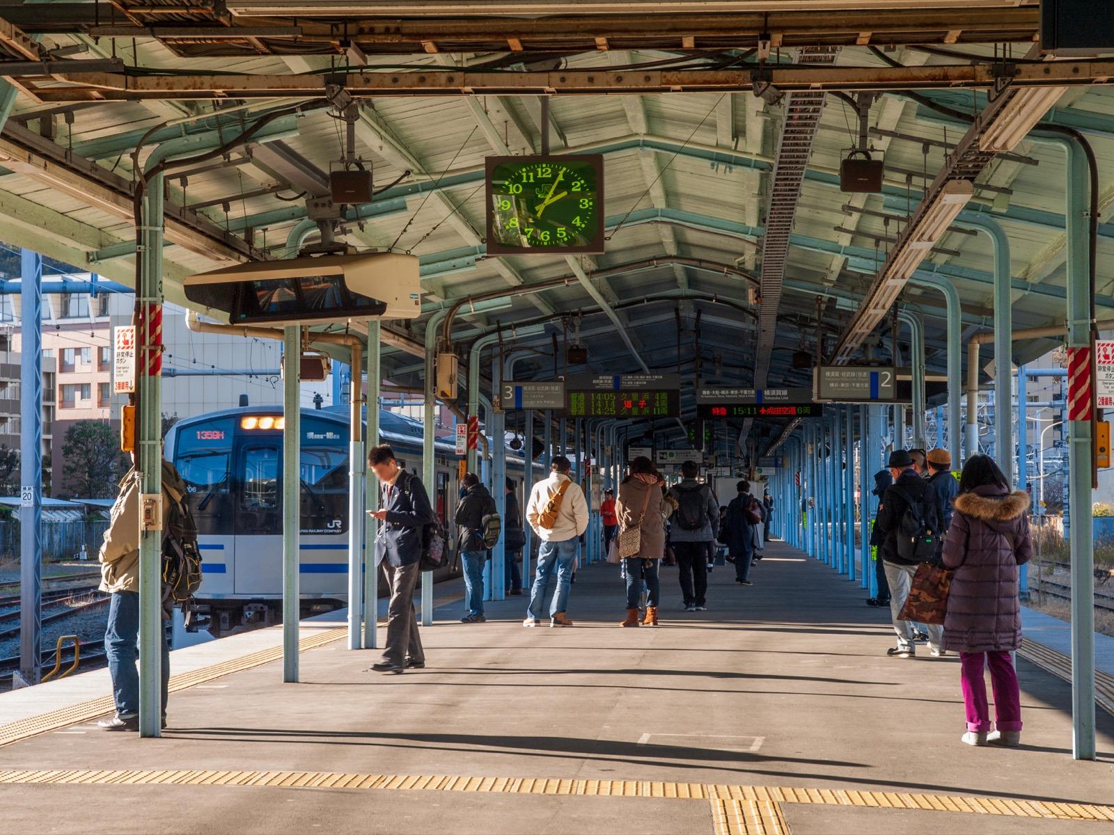 列車の到着した横須賀駅のホーム(2015年1月)