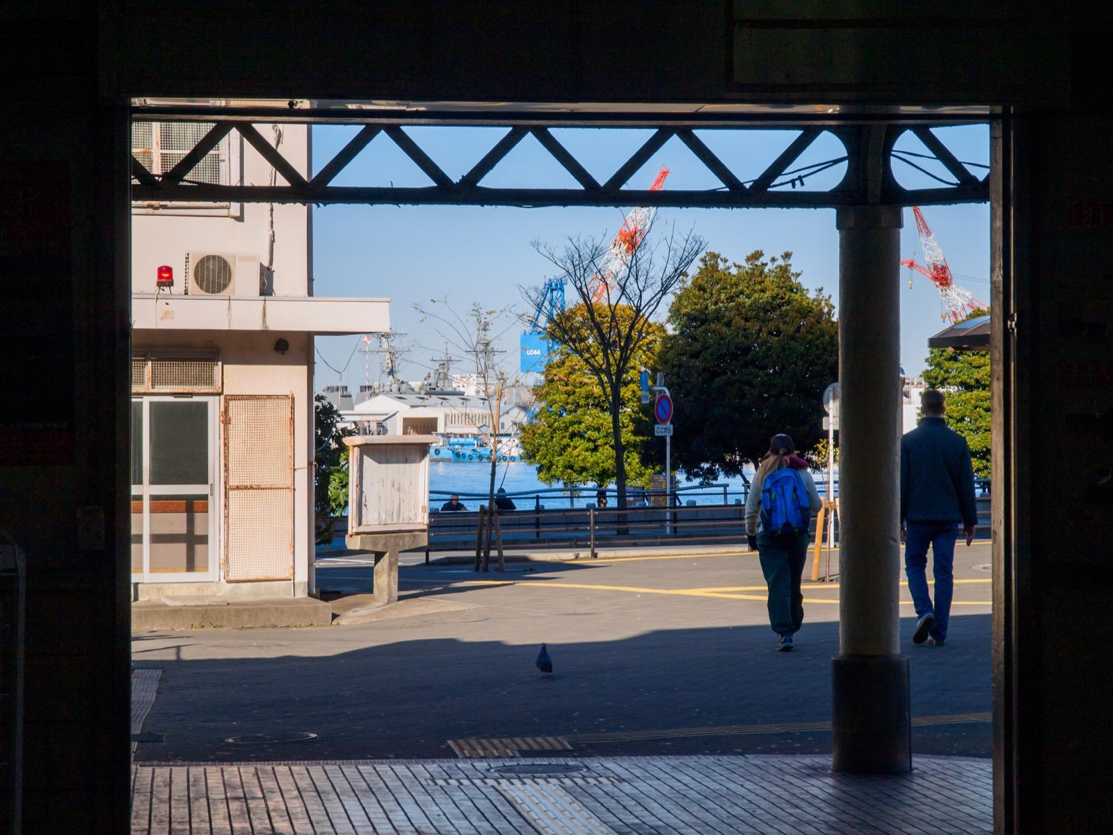 横須賀駅の出口から見た海(2015年1月)