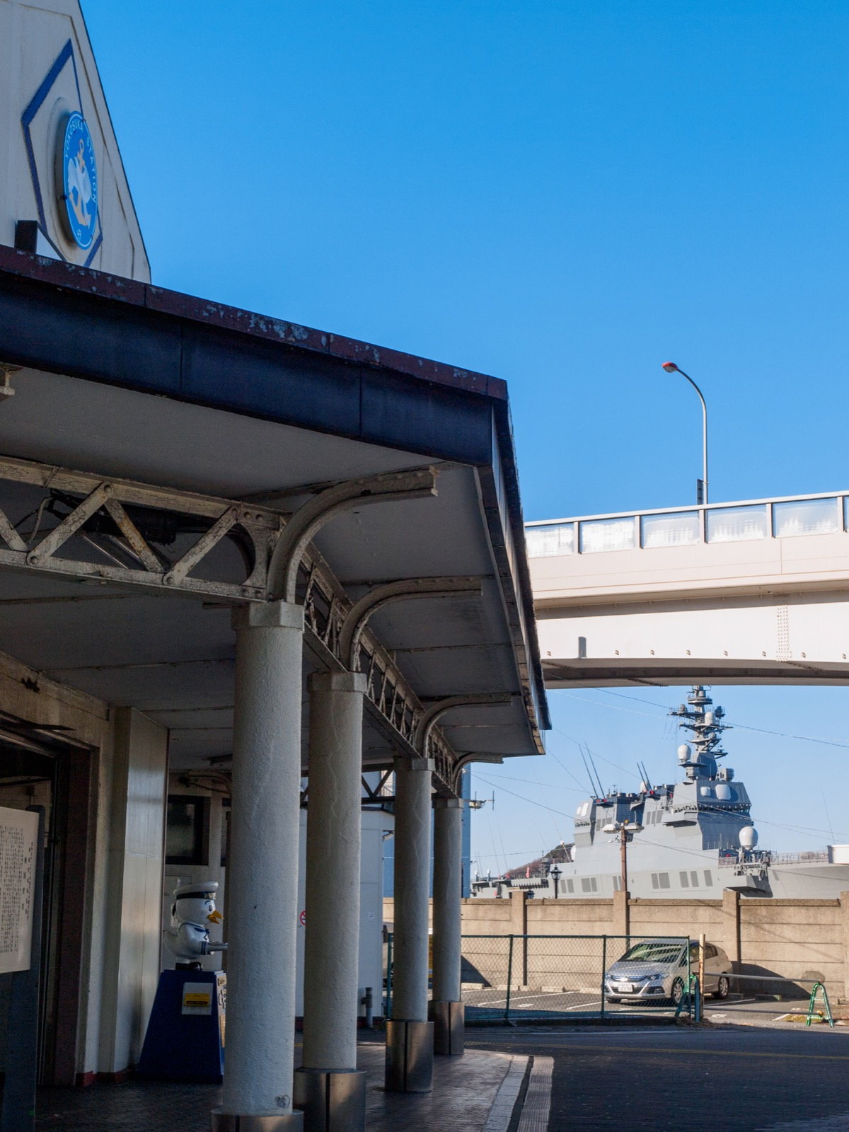 横須賀駅の駅舎と軍艦(2015年1月)